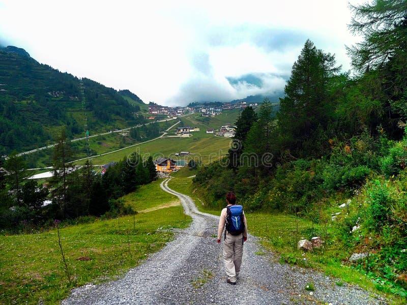 Caminar área austria Paisaje con vistas al pueblo imágenes de archivo libres de regalías