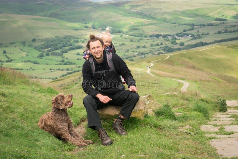 Caminar actividad con el niño y el perro fotos de archivo