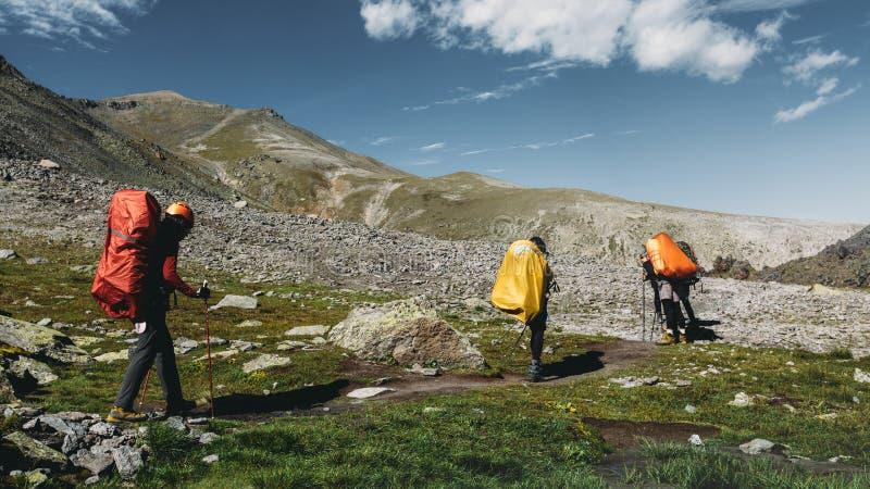 Caminar al equipo en montañas del verano Concepto de la forma de vida de la experiencia del destino del viaje imágenes de archivo libres de regalías