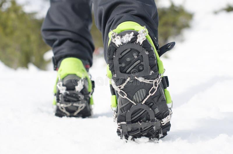 Caminar botas con el grampón, equipo para subir del hielo imagen de archivo libre de regalías