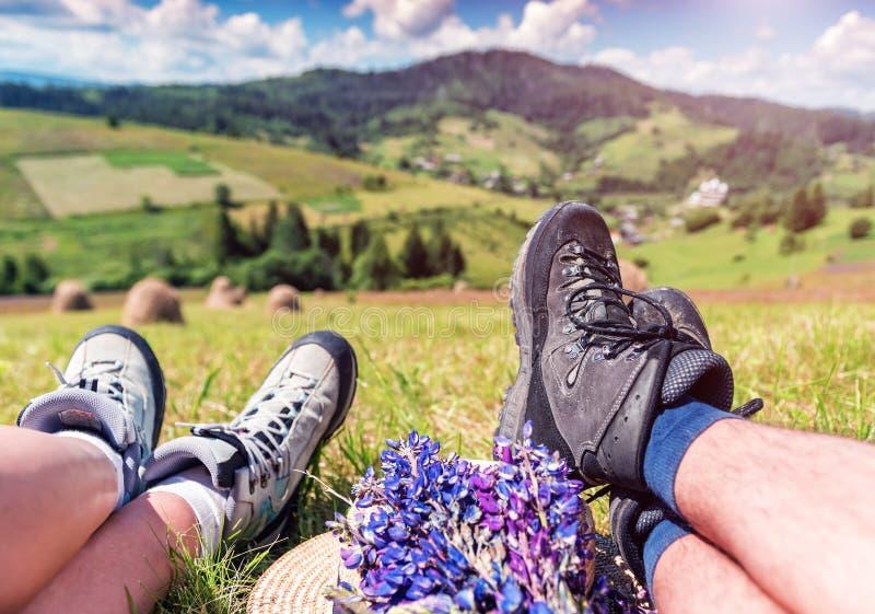 Caminar botas en las piernas humanas imagen de archivo