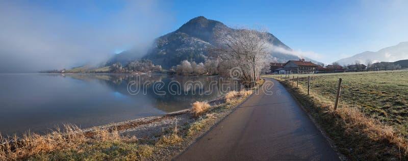 Caminar el camino alrededor del schliersee del lago, humor de la mañana en el bavarian imagen de archivo