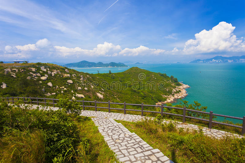 Caminar el camino en las montañas en Hong Kong foto de archivo