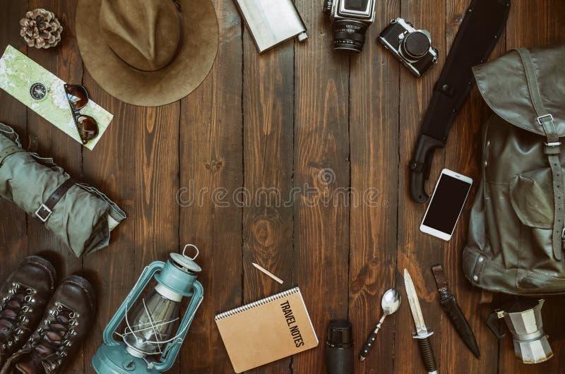 Caminar el marco del engranaje incluyendo el machete, cuchillo, ropa, botas, linterna, cámara, sombrero, mapa, compás, teléfono m imagen de archivo