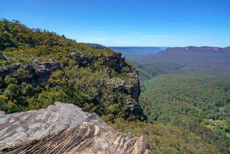 Caminar el paseo del acantilado del Henrio del príncipe, montañas azules, Australia 25 foto de archivo