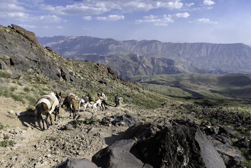 Caminar el volcán de Damavand en Irán fotografía de archivo libre de regalías