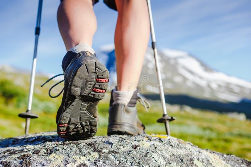 Caminar la bota en rocas de la montaña imágenes de archivo libres de regalías