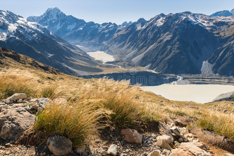 Caminar la pista en el cocinero National Park del soporte con la vista del valle y de los lagos glaciales, Nueva Zelanda del coci imágenes de archivo libres de regalías