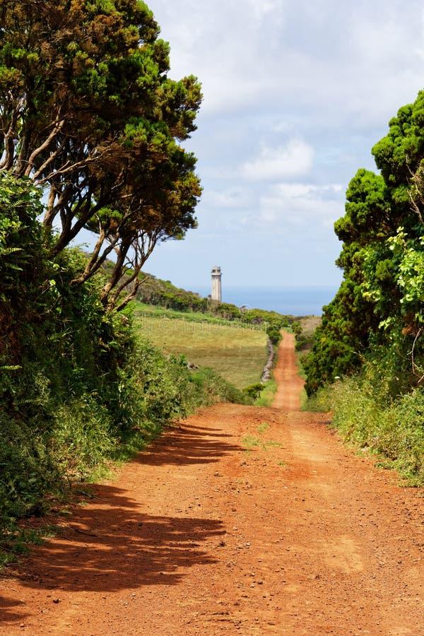 Caminar la trayectoria al faro en el sao Jorge de la isla de Azores imagenes de archivo