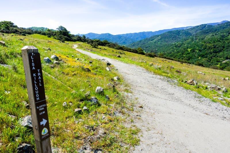 Caminar la trayectoria en las colinas de la pieza de Rancho San Vicente del parque del condado de Calero, el condado de Santa Cla imagen de archivo libre de regalías