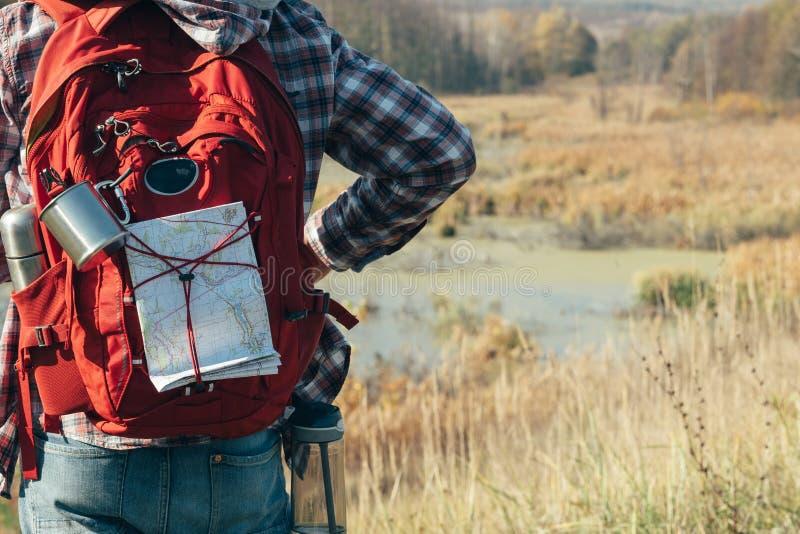 Caminar paisaje de la caída del pantano de la mochila del hombre del turismo fotos de archivo