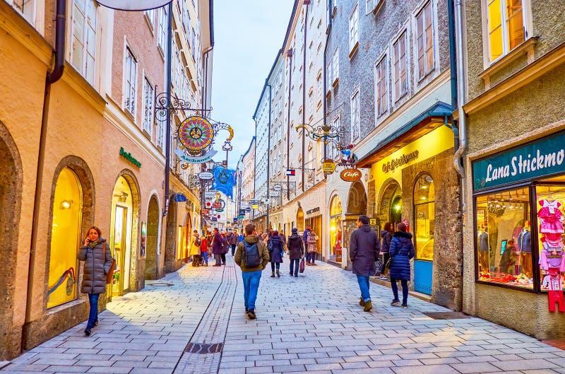 Caminar por la calle Getreidegasse en el casco antiguo de Salzburgo, Austria fotos de archivo