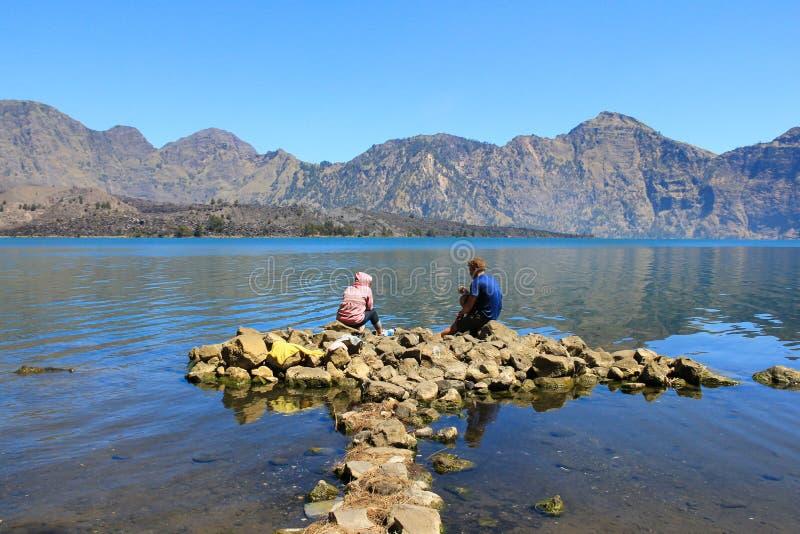 Caminar a turistas en el lago del soporte Rinjani Indonesia fotos de archivo