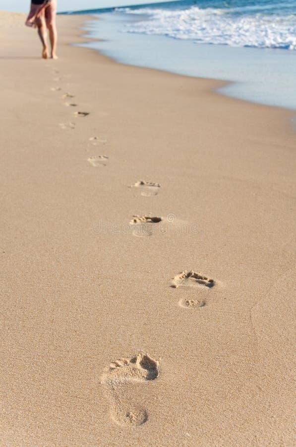 Caminata de la chica joven en la playa imagen de archivo