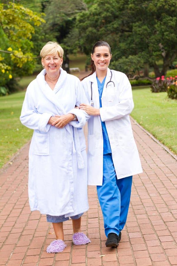 Caminata de la enfermera con el paciente imágenes de archivo libres de regalías