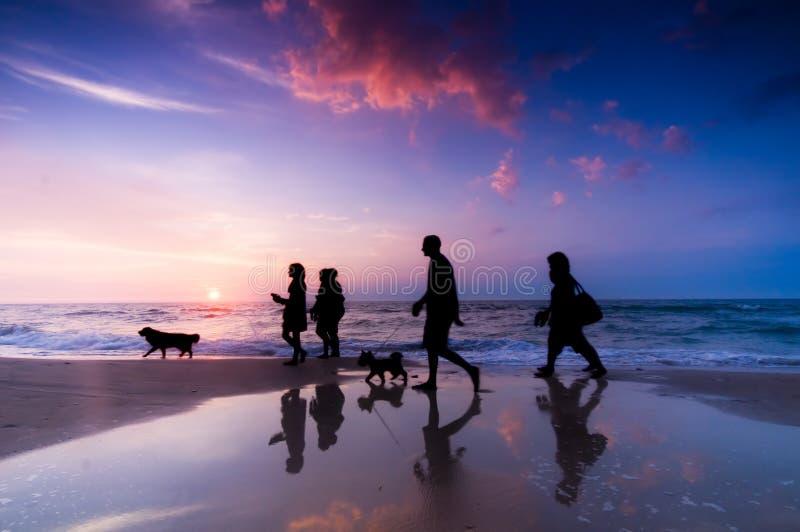 Caminata de la familia fotos de archivo