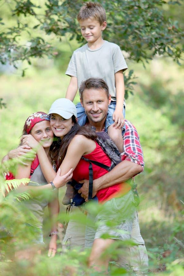 Caminata de la familia en bosque foto de archivo