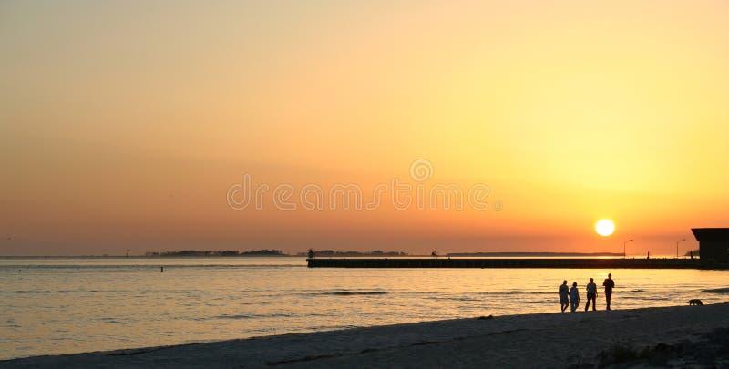 Caminata de la puesta del sol en la playa foto de archivo libre de regalías