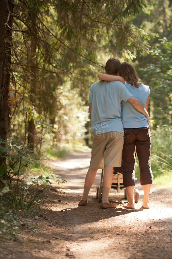 Caminata de los pares en bosque del verano foto de archivo libre de regalías