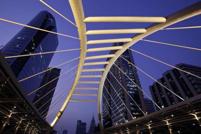 Caminata del cielo con la ciudad urbana fotografía de archivo