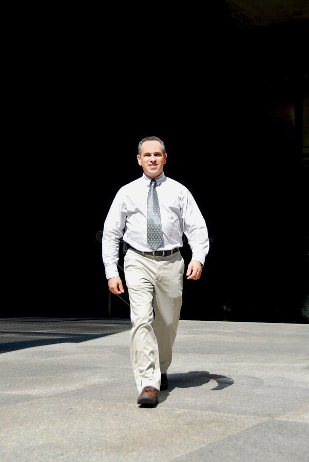 Caminata del hombre de negocios imagen de archivo