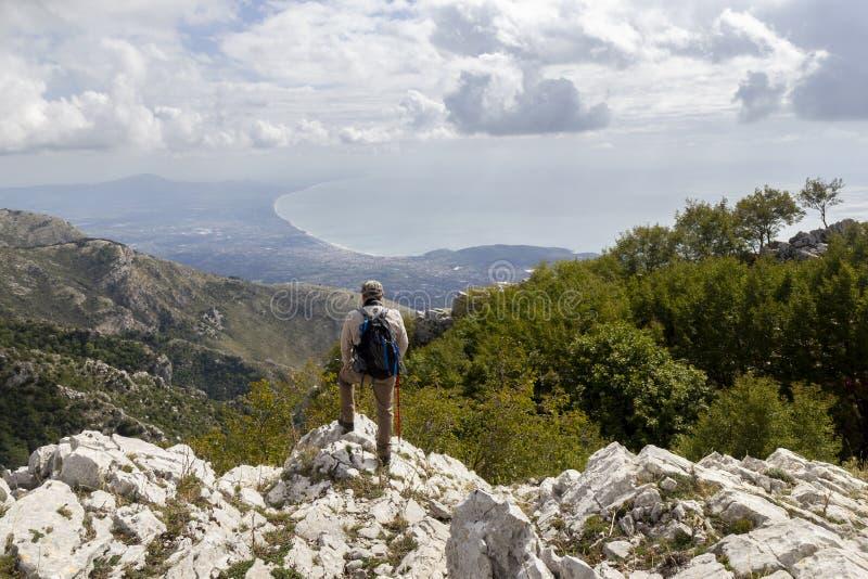 Caminata en la cima de una montaña fotografía de archivo libre de regalías