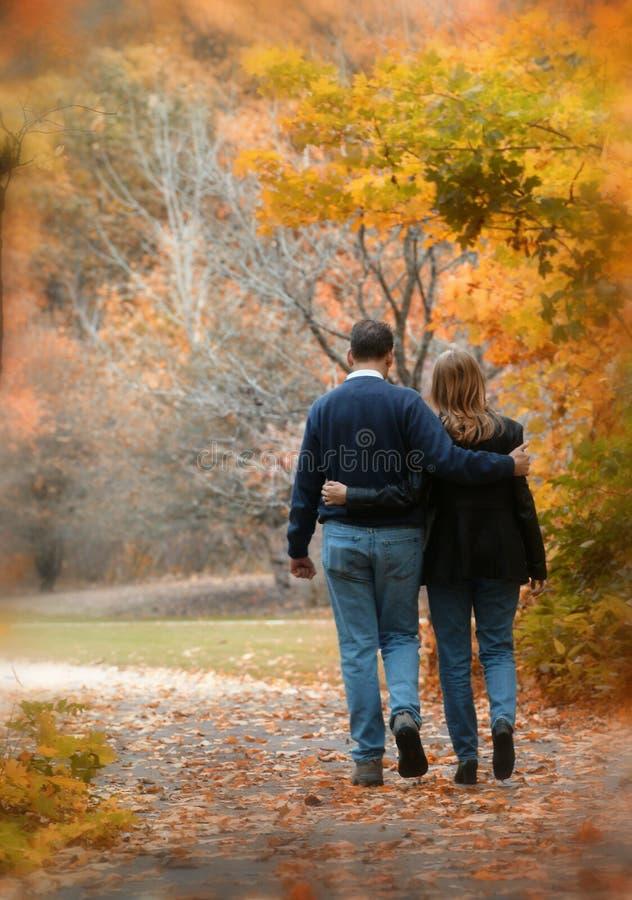 Caminata en las hojas fotos de archivo