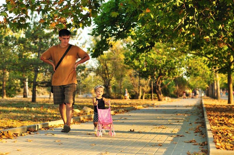 Caminata en parque foto de archivo