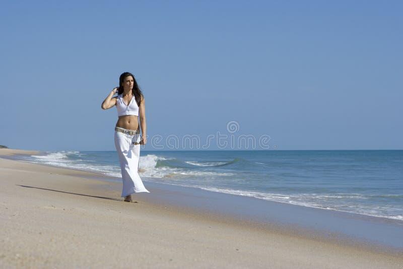 Caminata en una playa imagen de archivo