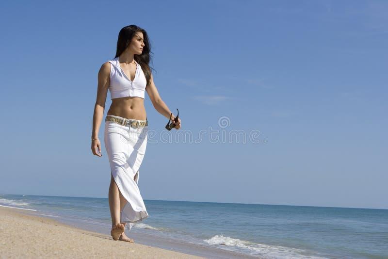 Caminata en una playa foto de archivo