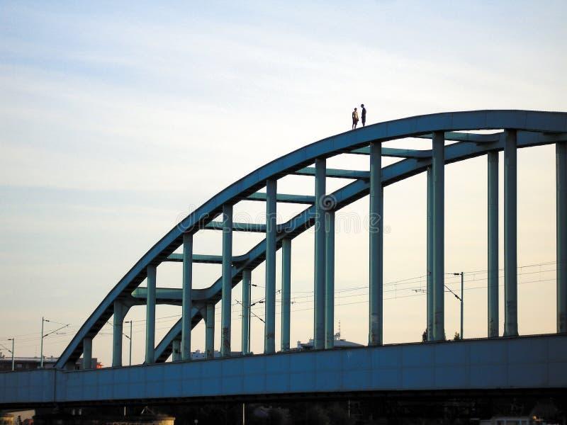 Caminata peligrosa sobre el puente fotos de archivo libres de regalías