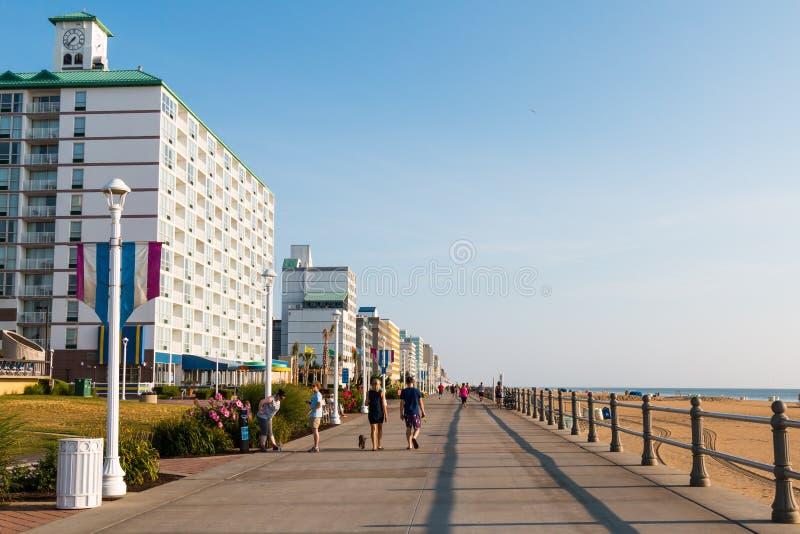 Caminata y ejercicio en Virginia Beach Oceanfront imagen de archivo
