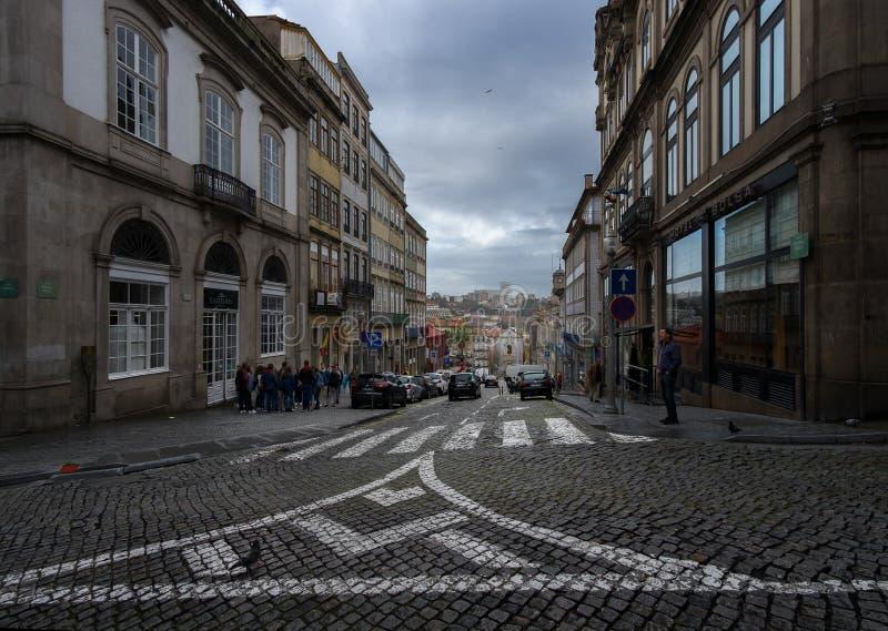 Caminatas en la antigua ciudad portuguesa de Oporto En las calles portuguesas Portugal fotos de archivo