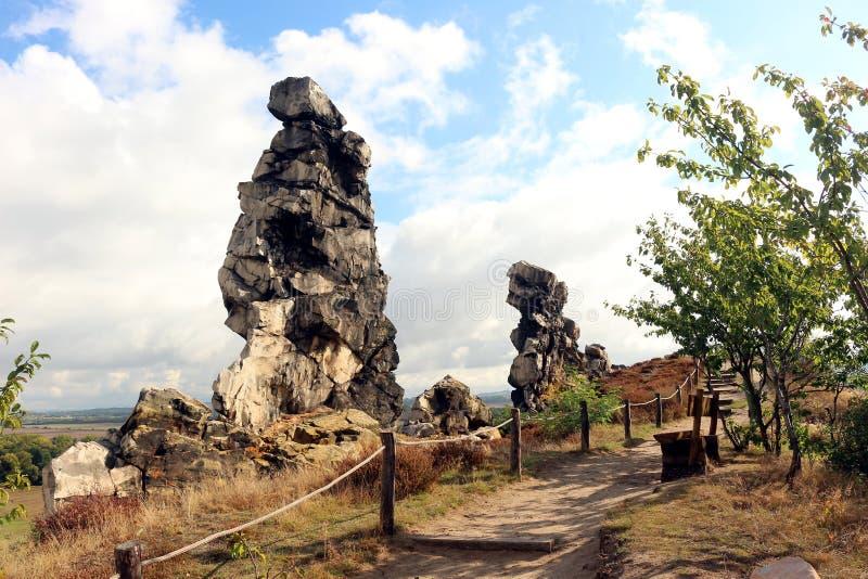 Camine la trayectoria en la pared Teufelsmauer del ` de los diablos en las montañas de Harz fotos de archivo libres de regalías