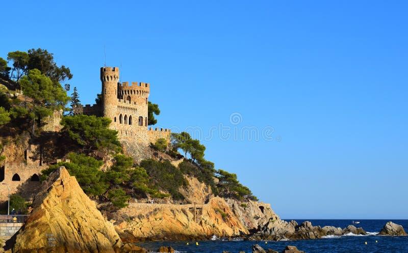 Camine a lo largo de la playa cerca del castillo medieval fotos de archivo libres de regalías
