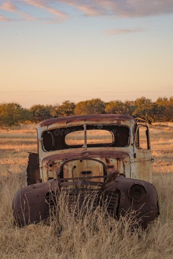 Caminhão abandonado em um campo imagens de stock royalty free
