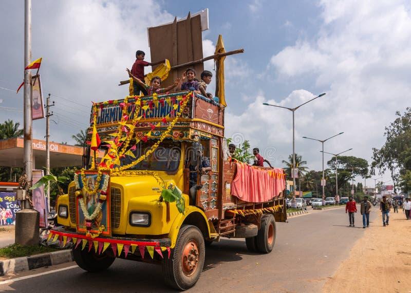 Caminhão amarelo na parada de Karnataka Rajyotsava, Índia de Mellahalli fotografia de stock