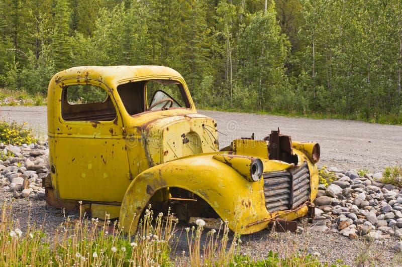 Caminhão amarelo oxidado abandonado velho fotografia de stock