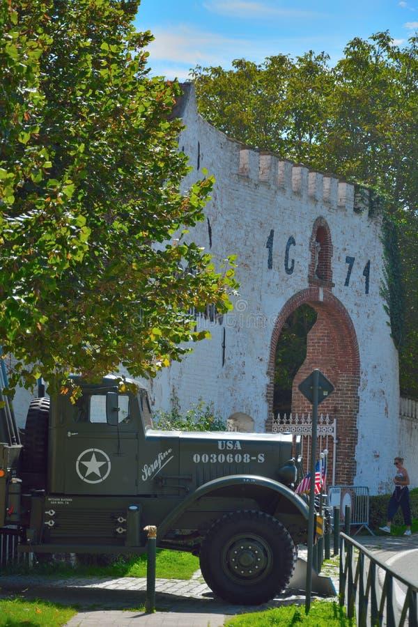Caminhão americano da guerra mundial 2 e parte de uma casa mediaval, abby em Oudenburg, Bélgica fotos de stock royalty free
