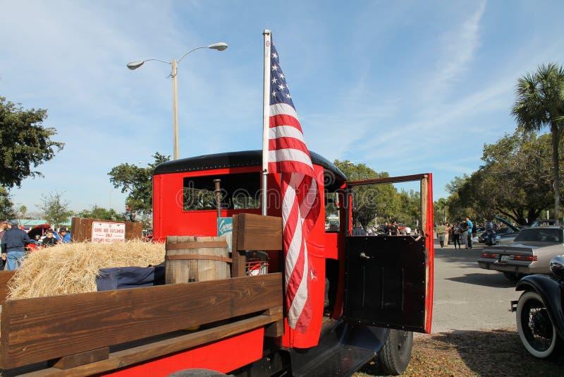 Caminhão americano velho e bandeira americana fotos de stock