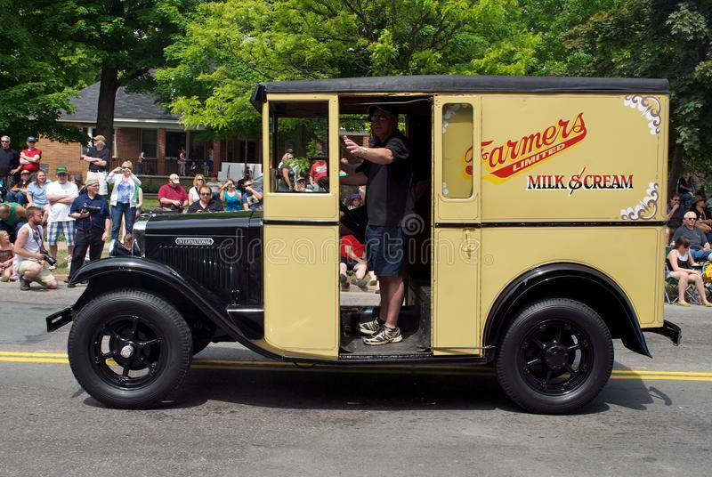 Caminhão antigo do leite na parada foto de stock royalty free