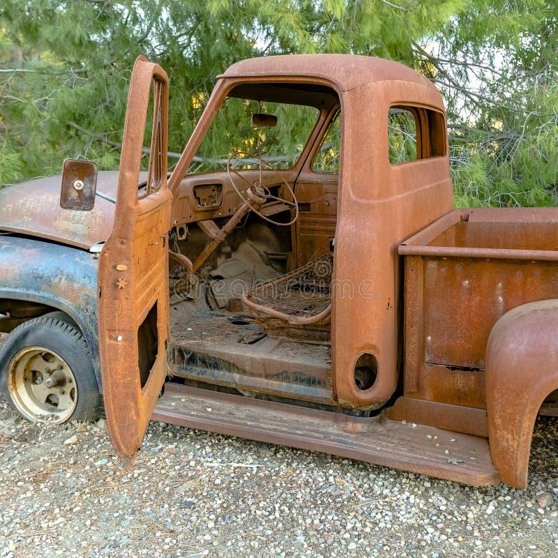 Caminhão arruinado na floresta com ideia do interior foto de stock
