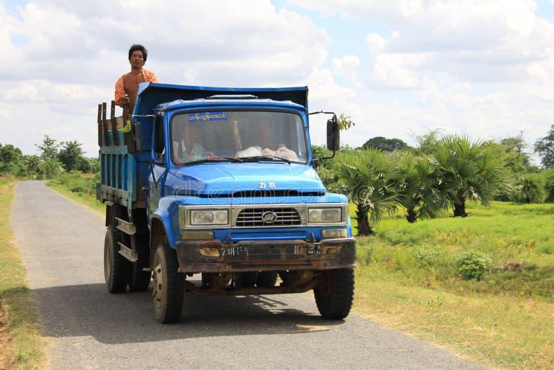 Caminhão azul velho de Myanmar com trabalhadores imagem de stock royalty free