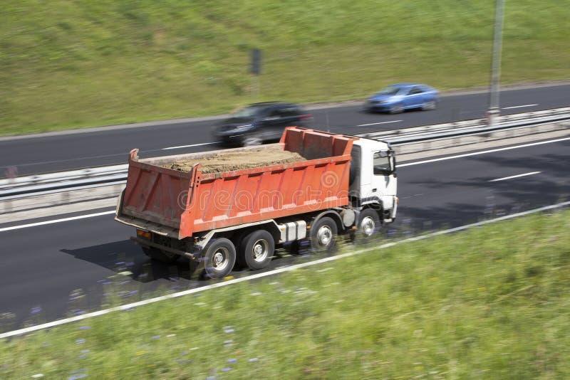 Caminhão basculante carregado com a areia fotografia de stock