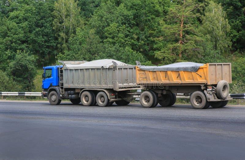 Caminhão basculante com reboque fotografia de stock