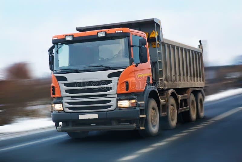 Caminhão basculante com uma cabine alaranjada foto de stock royalty free