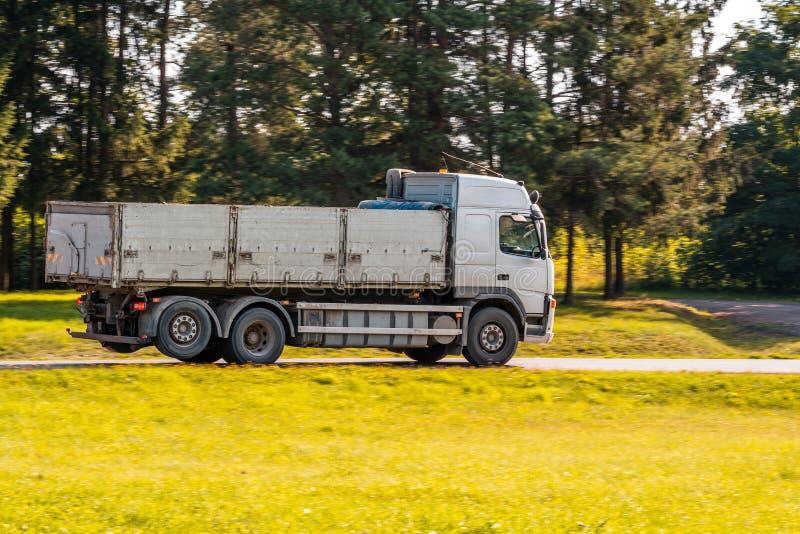 Caminhão basculante grande na estrada secundária imagens de stock royalty free