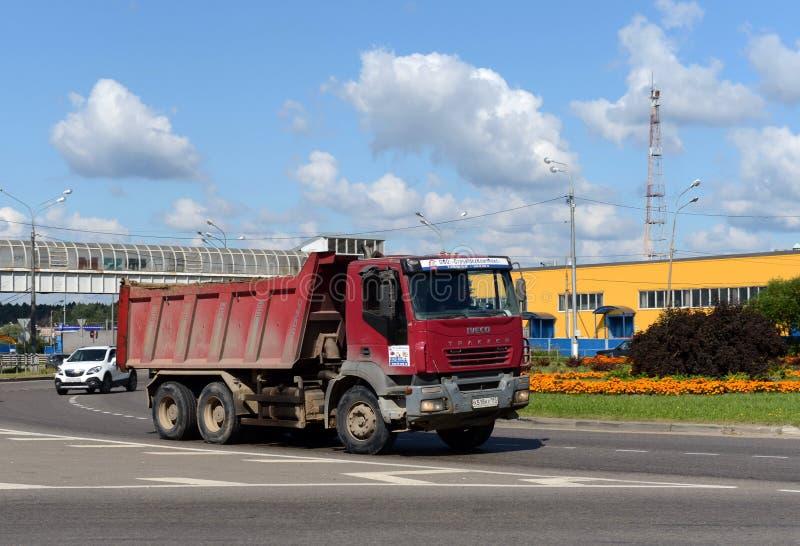 Caminhão basculante na avenida olímpica em Mytishchi fotos de stock royalty free