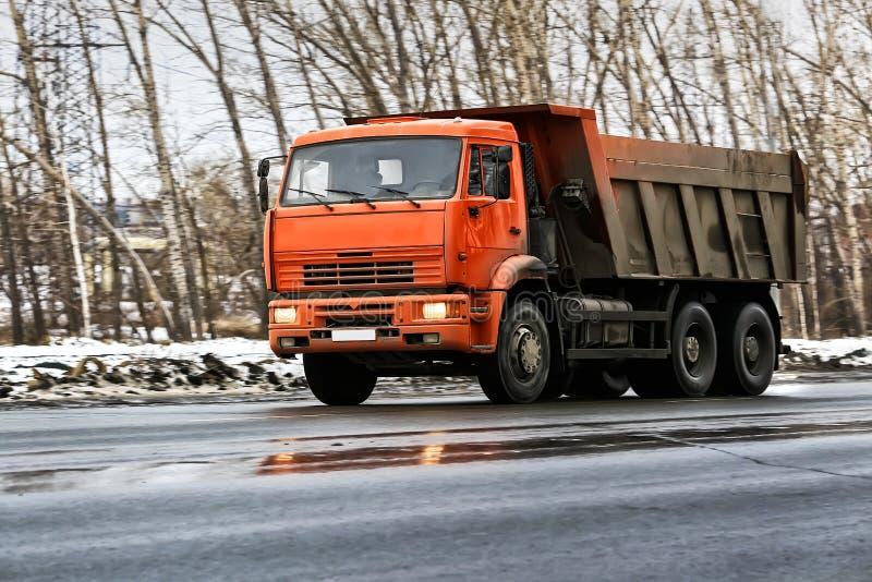 Caminhão basculante na estrada do inverno fotografia de stock
