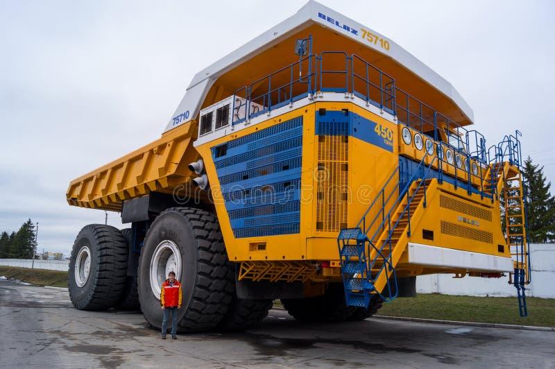 Caminhão BelAZ com o homem para a escala fotos de stock royalty free